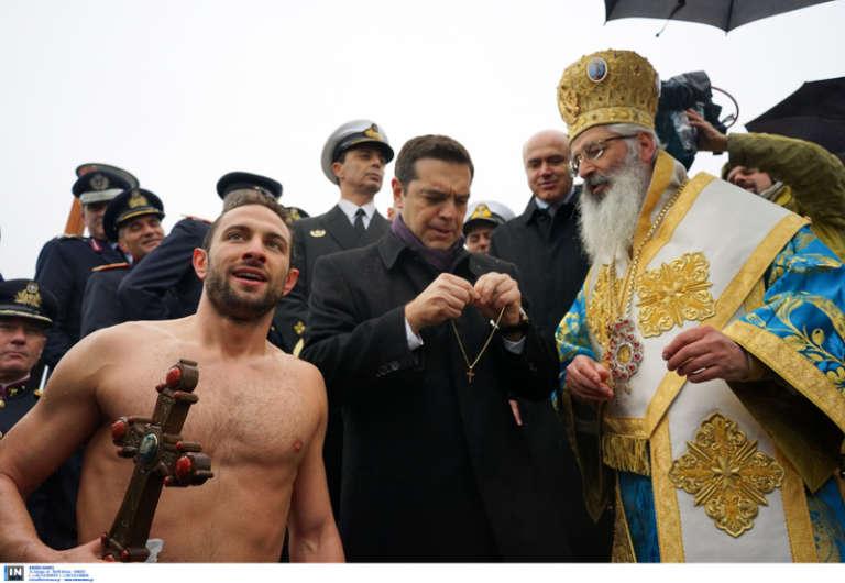 Έπιασε τον σταυρό ο Τυλιγαδάς του ΟΦΘΑ και τον συνεχάρη ο Αλέξης Τσίπρας! (video)