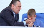 Εικόνες ΝΤΡΟΠΗΣ απο τον Βόλο! Ο Αντιπρόεδρος της Ξάνθης και Πρόεδρος της Super League Γ. Στράτος προστατεύει τον γιο του από τα δακρυγόνα, ενώ οι οπαδοί πλακώνονται…