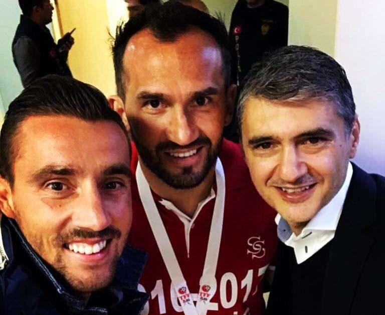 Στην Τουρκία για να πανηγυρίσει την άνοδο της Σίβασπορ μαζί με Γκέκα και Τσετινέ ο Στάθης!