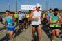 Για 4η χρονιά εκατοντάδες δρομείς έτρεξαν… πλάι στο κύμα στον αγώνα «Waverunning»