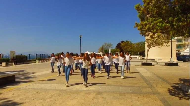 Μαθητές χορεύουν συρτάκι κάτω από τον Φάρο της Αλεξανδρούπολης και εντυπωσιάζουν! (video)