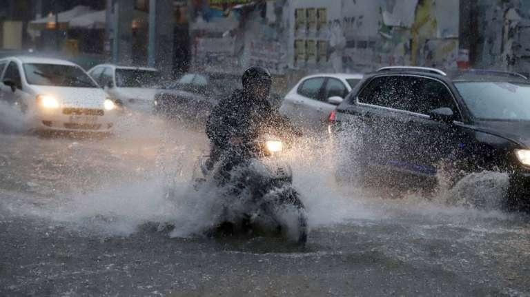 Χαλάζι έσπασε τζάμι αυτοκινήτου στον Έβρο, βροχή παρέσυρε οχήματα στην Ροδόπη!