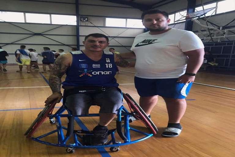 Το δώρο της χρυσής Εθνικής Μπάσκετ με Αμαξίδιο στον Μιχάλη Σιδηρόπουλο της ΑΕ Κομοτηνής!