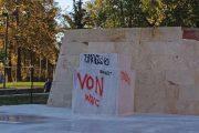Άγνωστοι βανδάλισαν το υπό κατασκευή άγαλμα του Κωνσταντίνου Καραμανλή!