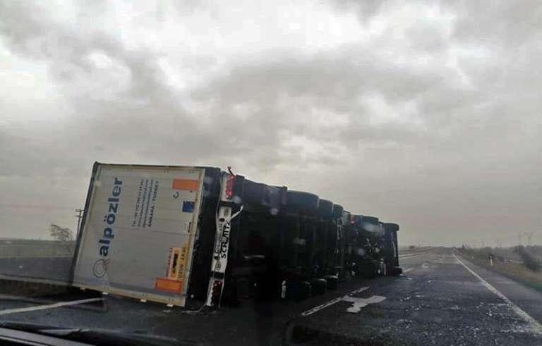 Ανατροπή φορτηγού στο ύψος του Ιάσμου στο ρεύμα προς Ξάνθη λόγω των θυελλωδών ανέμων!