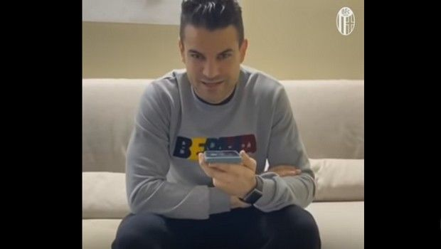 Video: Οι παίκτες της Μπολόνια παίρνουν τηλέφωνο οπαδούς της!