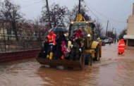 Απεγκλώβισαν μαθητές από πλημμυρισμένο σχολείο με μπουλντόζα στον Έβρο