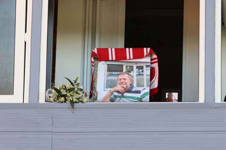 Photos: Με ενός λεπτού σιγή και λουλούδια στο μπουθ που έκανε μεταδόσεις τμήσε την μνήμη του Π. Συρόπουλου ο ΑΟΞ
